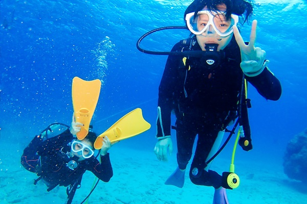 友人と一緒にダイビング体験